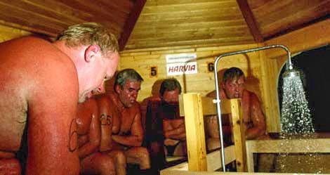 В Финляндии проводится чемпионат по сауне, суть которого заключается в том, кто больше пробудет в сауне при температуре в 110 градусов по цельсию.Иногда участники состязания погибают.